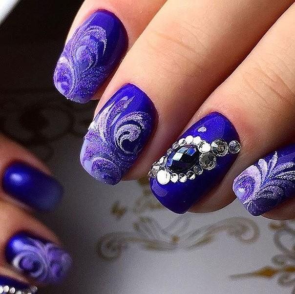 Дизайн ногтей синий со стразами