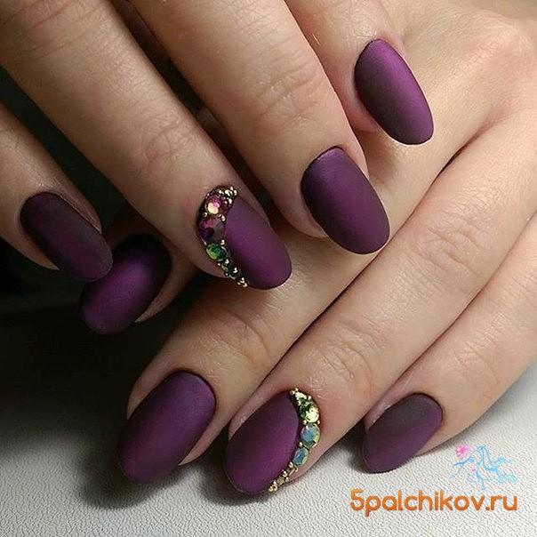 Фиолетовый матовый маникюр с дизайном