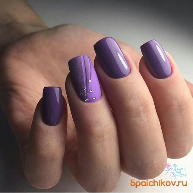 Матовый фиолетовый маникюр с дизайном