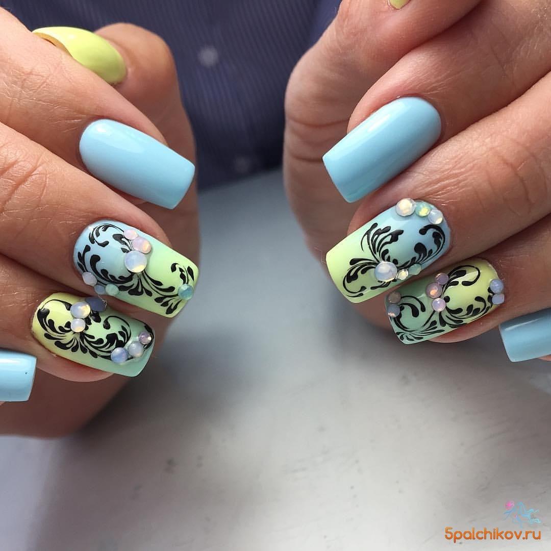 Шикарный дизайн ногтей в голубом и розовом цвете с вензелями ...