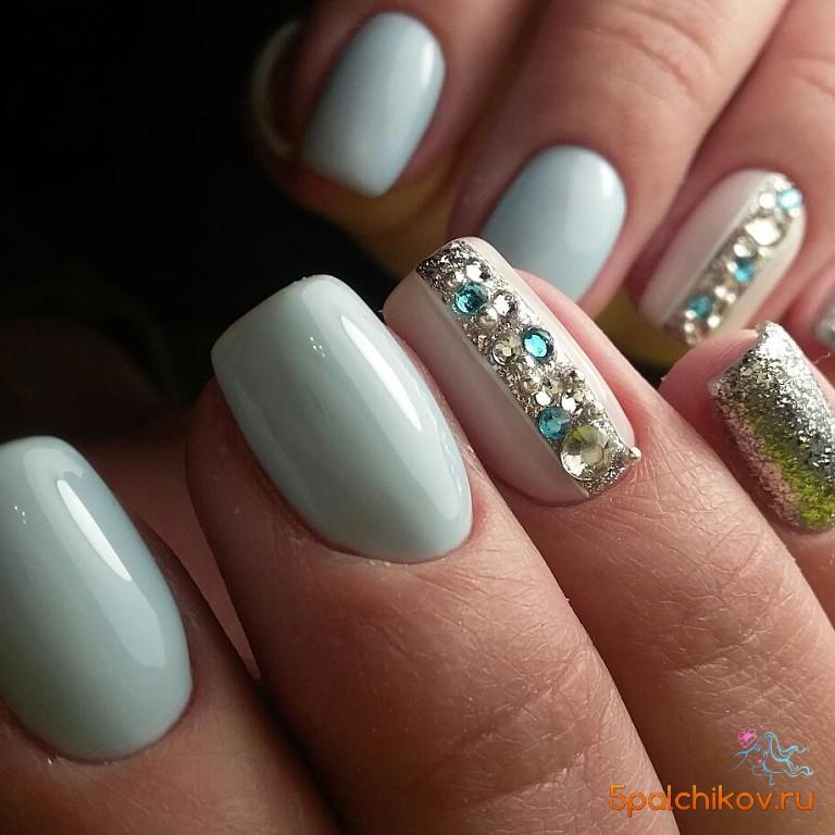 Блестки и стразы на ногтях