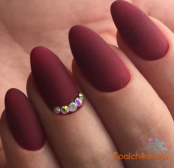 Ногти острые красные матовые