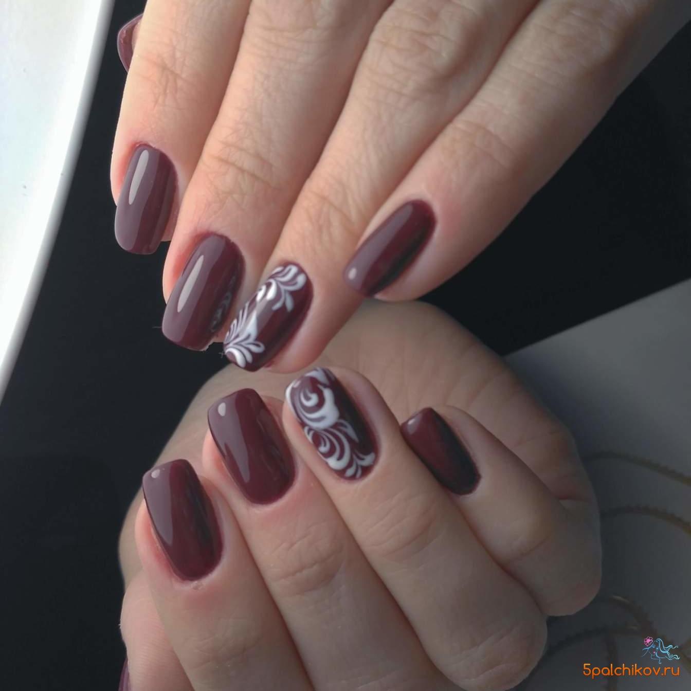 Бордовый дизайн ногтей с вензелями - фото дизайна ногтей