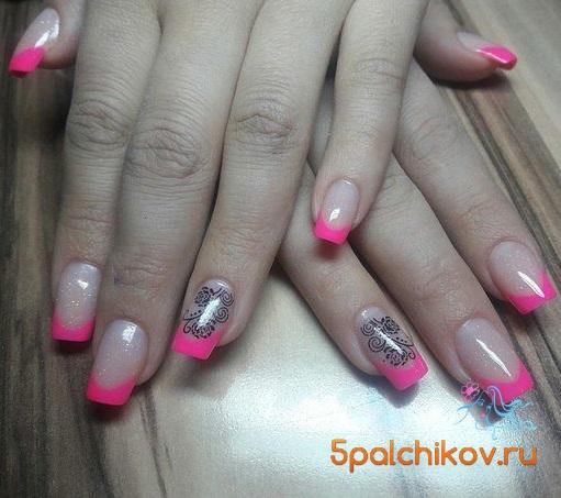 Дизайн ногтей розовыми блестками и черным – Яркий маникюр | 453x511